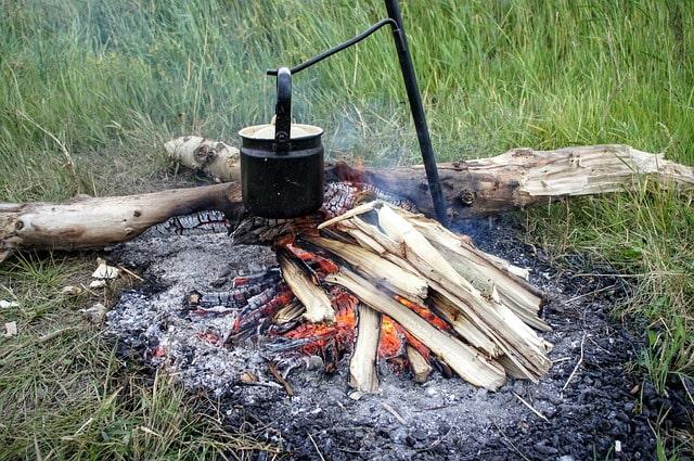 Wasser auf offener Feuerstelle kochen